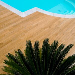 Parquet-in-piscina-maxi